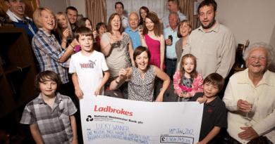 Golazo: mamá aburrida por el fútbol se cambia a bingo en línea ... y gana un millón